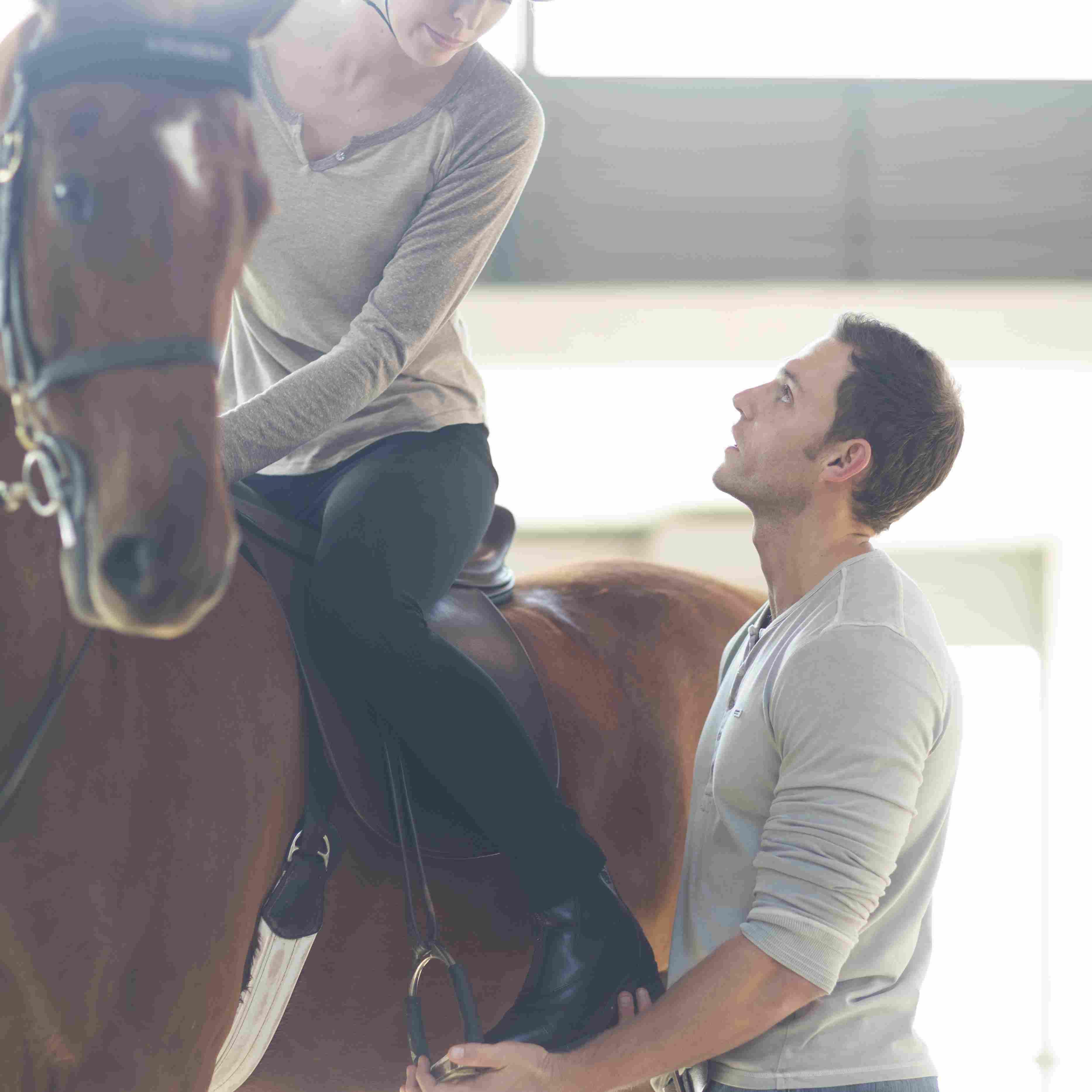 Caballo femenino jinete con instructor , Caballos en el campo contra árboles , Sección baja de mujer montando a caballo en el campo , Grupo de cuatro jinetes cruzando el río, mujer mirando a cámara , Montar a caballo en las montañas