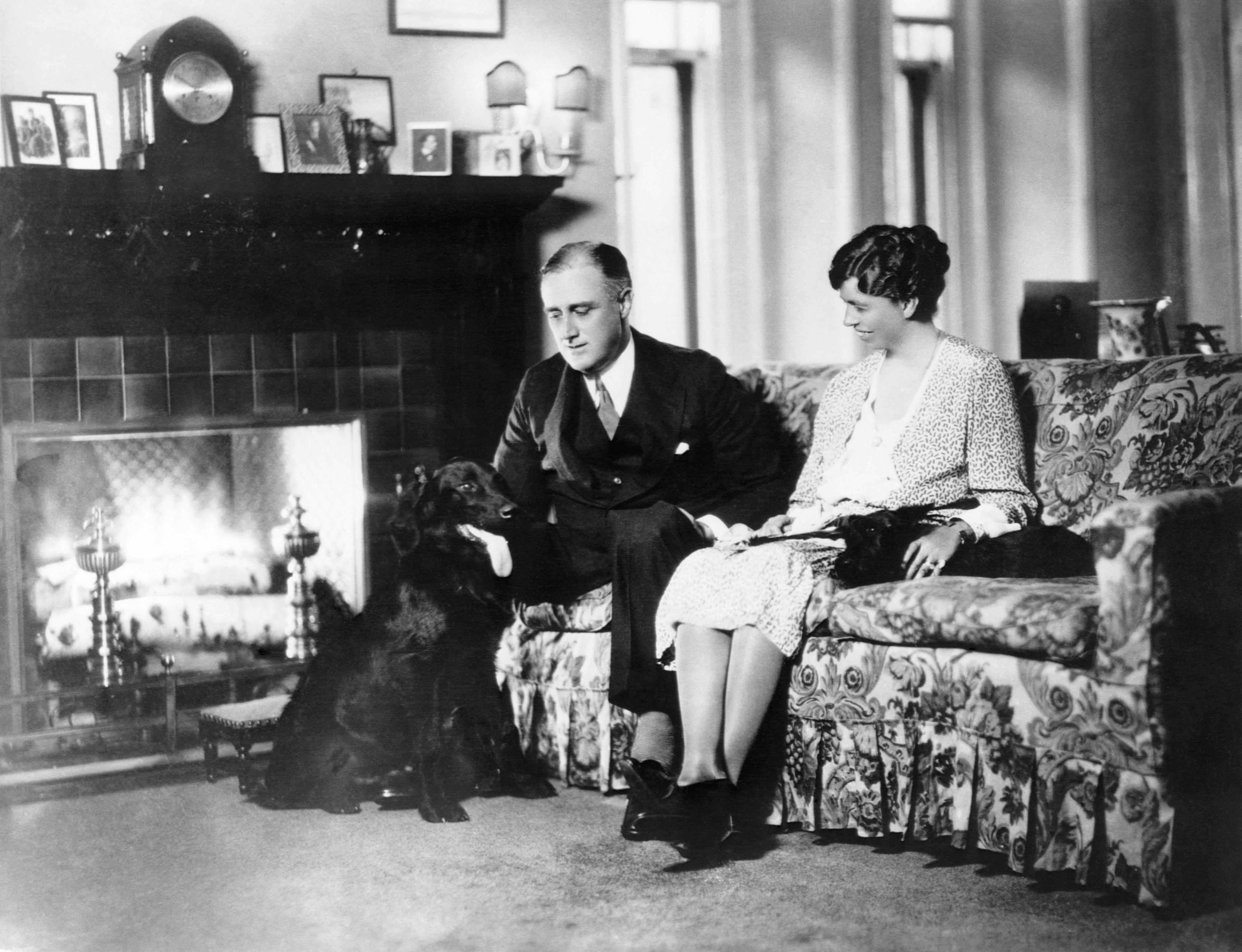 Franklin Delano Roosevelt y su esposa Eleanor con su labrador