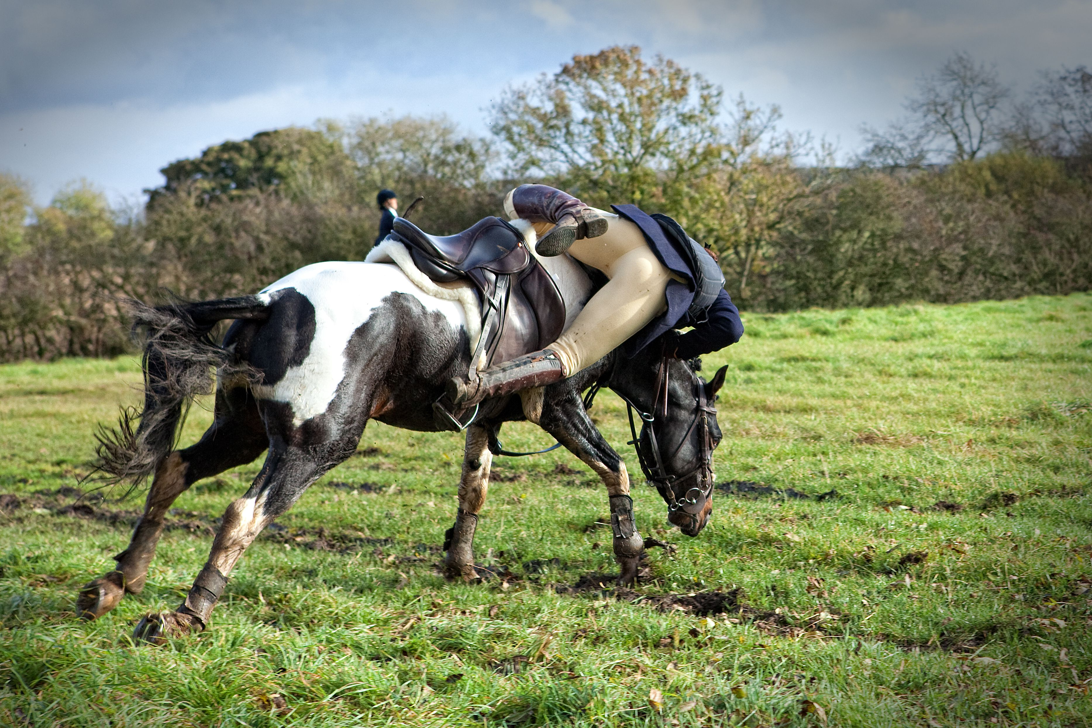 Jinete cayendo de un caballo