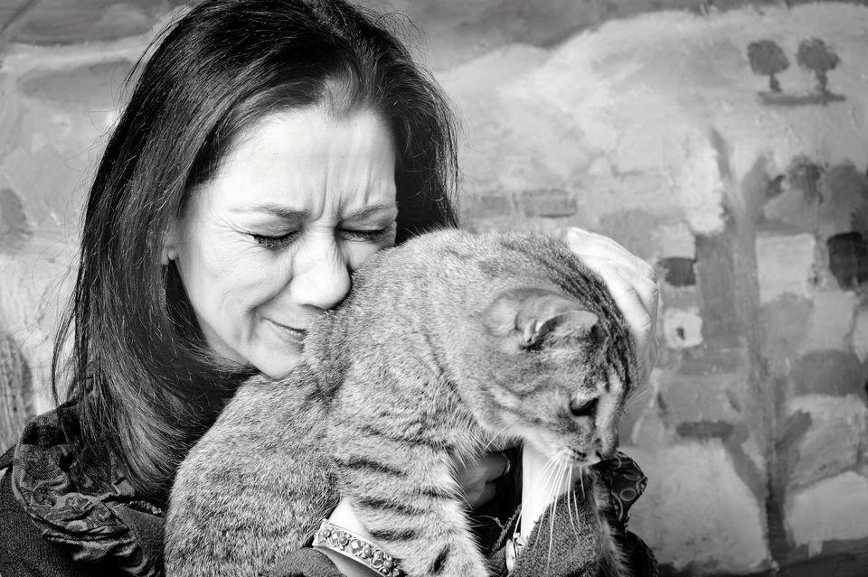 Foto de una mujer triste con un gato