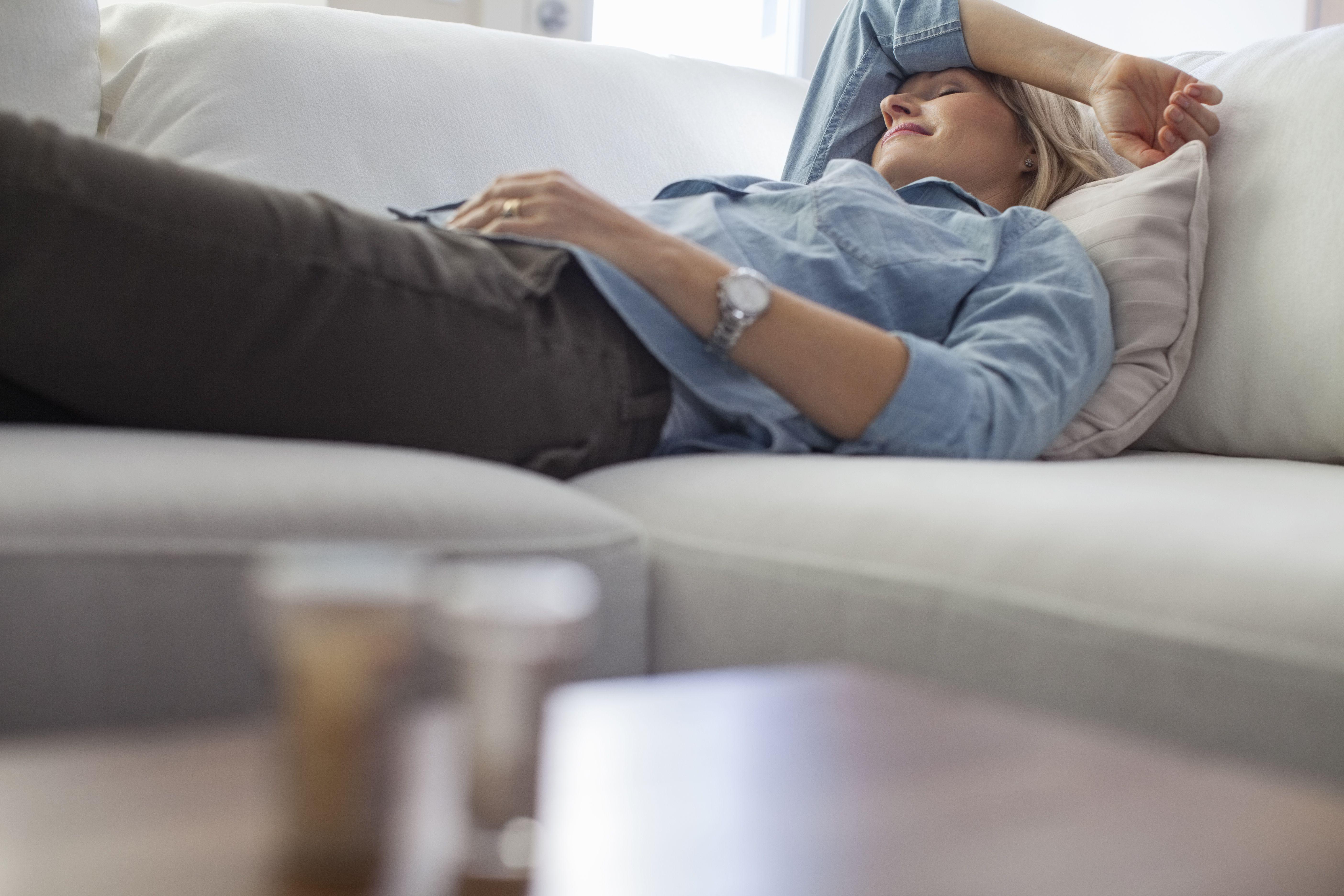 Mujer durmiendo en el sofá