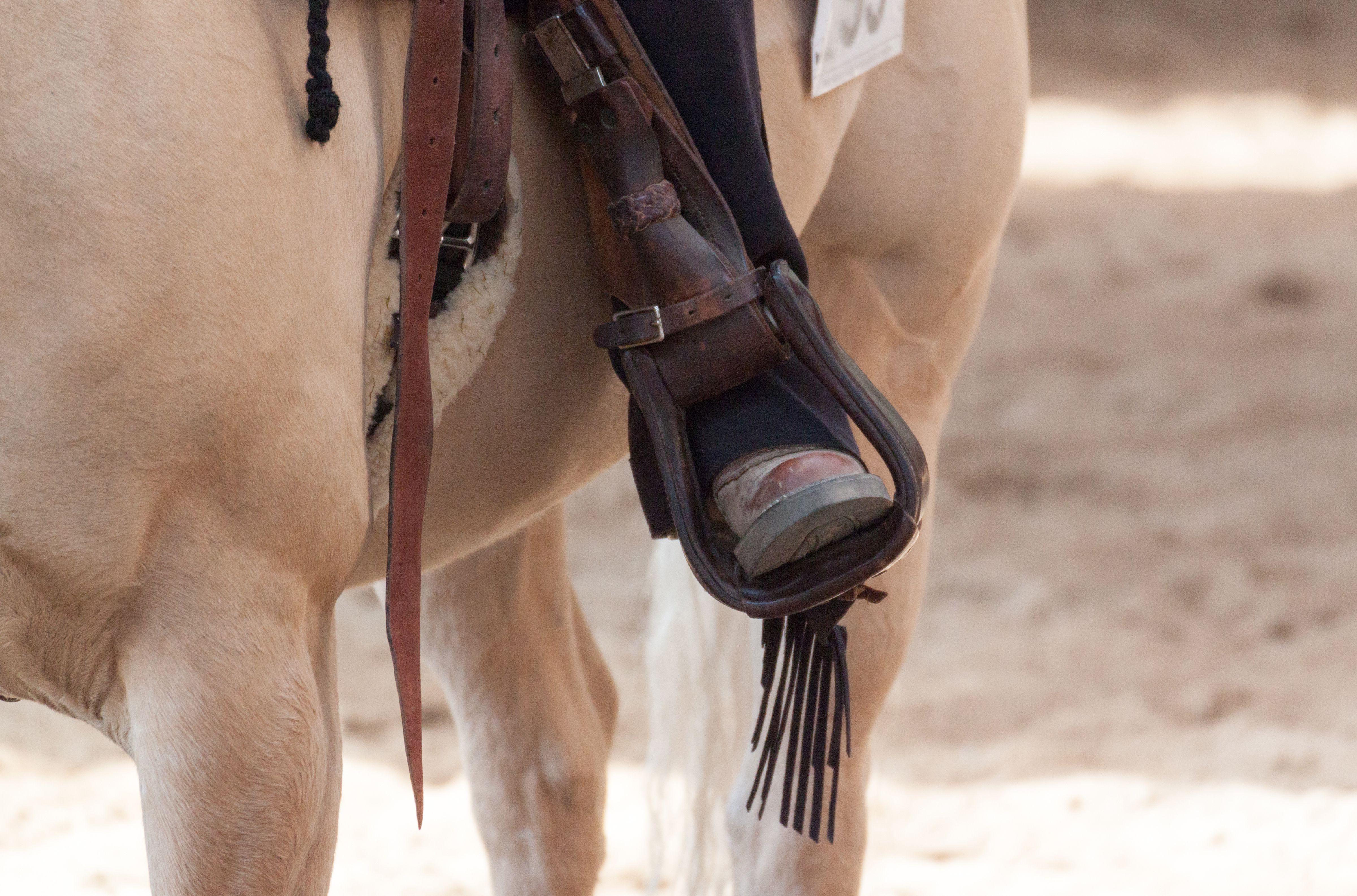 Sección baja de la persona que monta el caballo