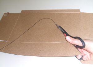 Cortar el cartón a lo largo de la línea.
