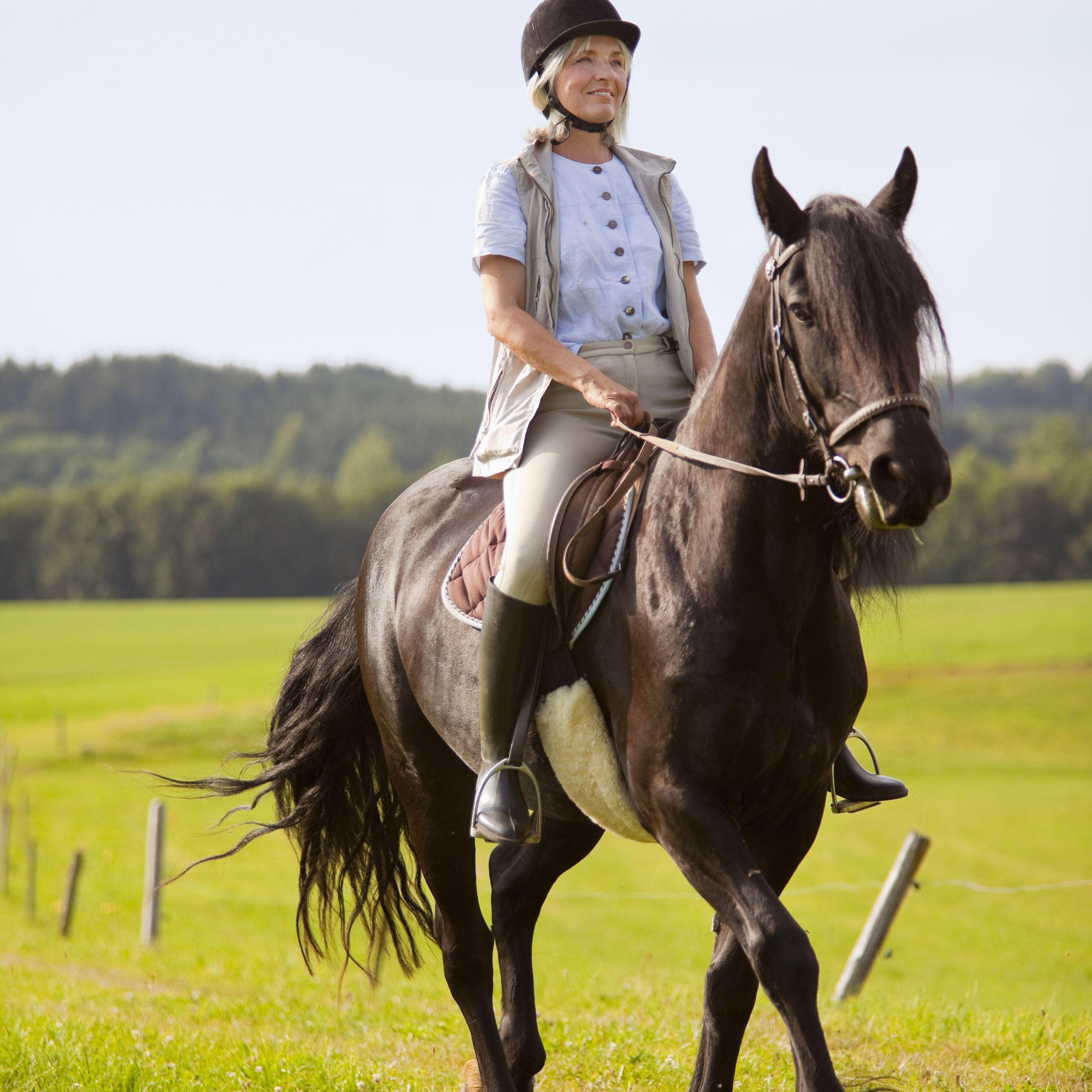 Alemania, Baviera, mujer madura montando a caballo