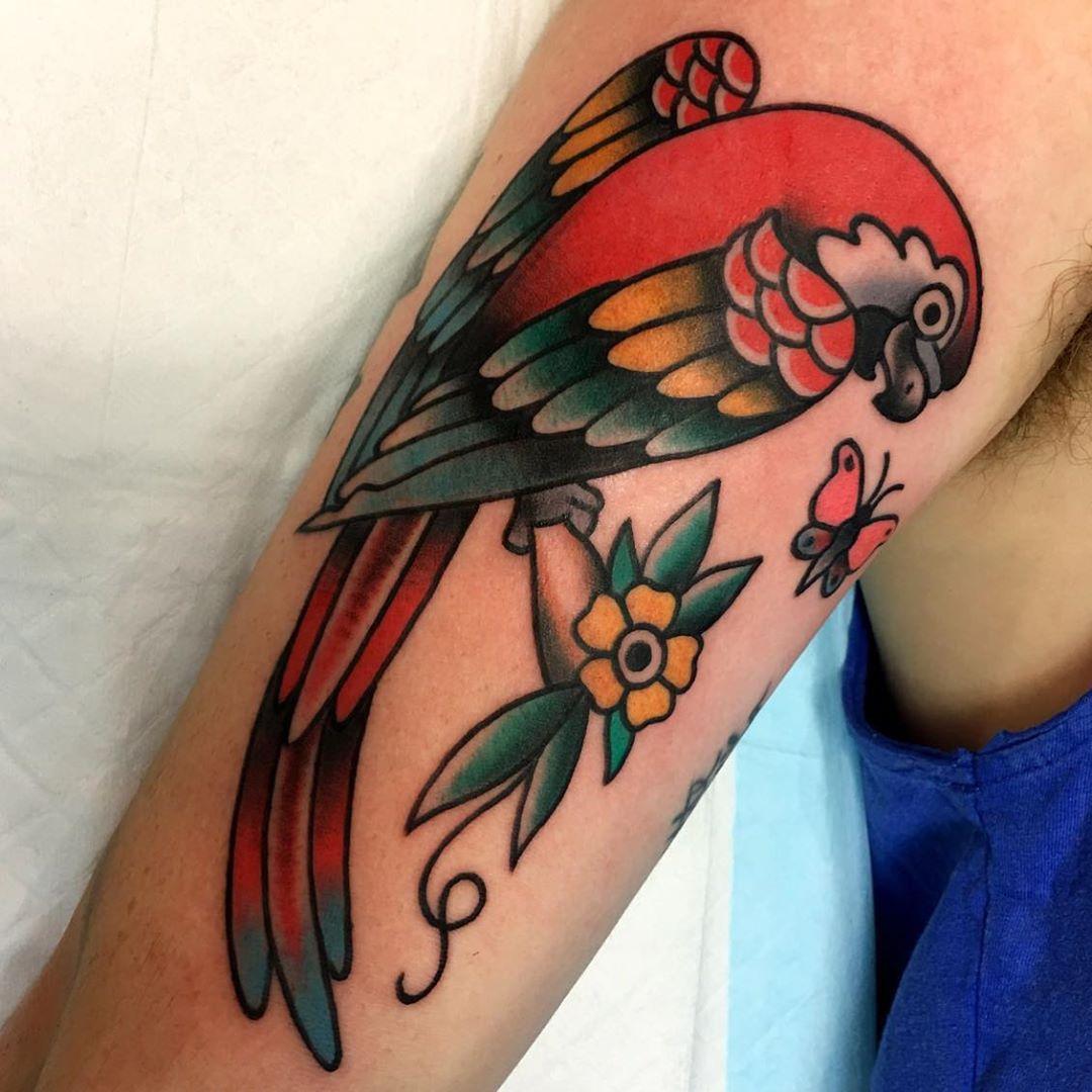 Un tatuaje tradicional de estilo americano loro , Un tatuaje gris y blanco de un gato , Un tatuaje de línea fina en las orejas de los perros , Un tatuaje de estilo realista de un Pastor Alemán , Un tatuaje de gato de estilo tradicional . , Un tatuaje de calavera de azúcar de un perro , Un tatuaje realista en blanco y negro de un conejo , Un tatuaje colorido y realista de un loro .
