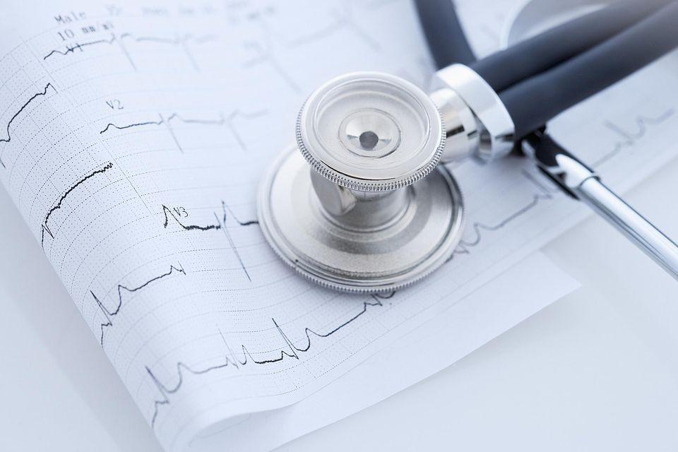 Estetoscopio sobre papeles de electrocardiograma