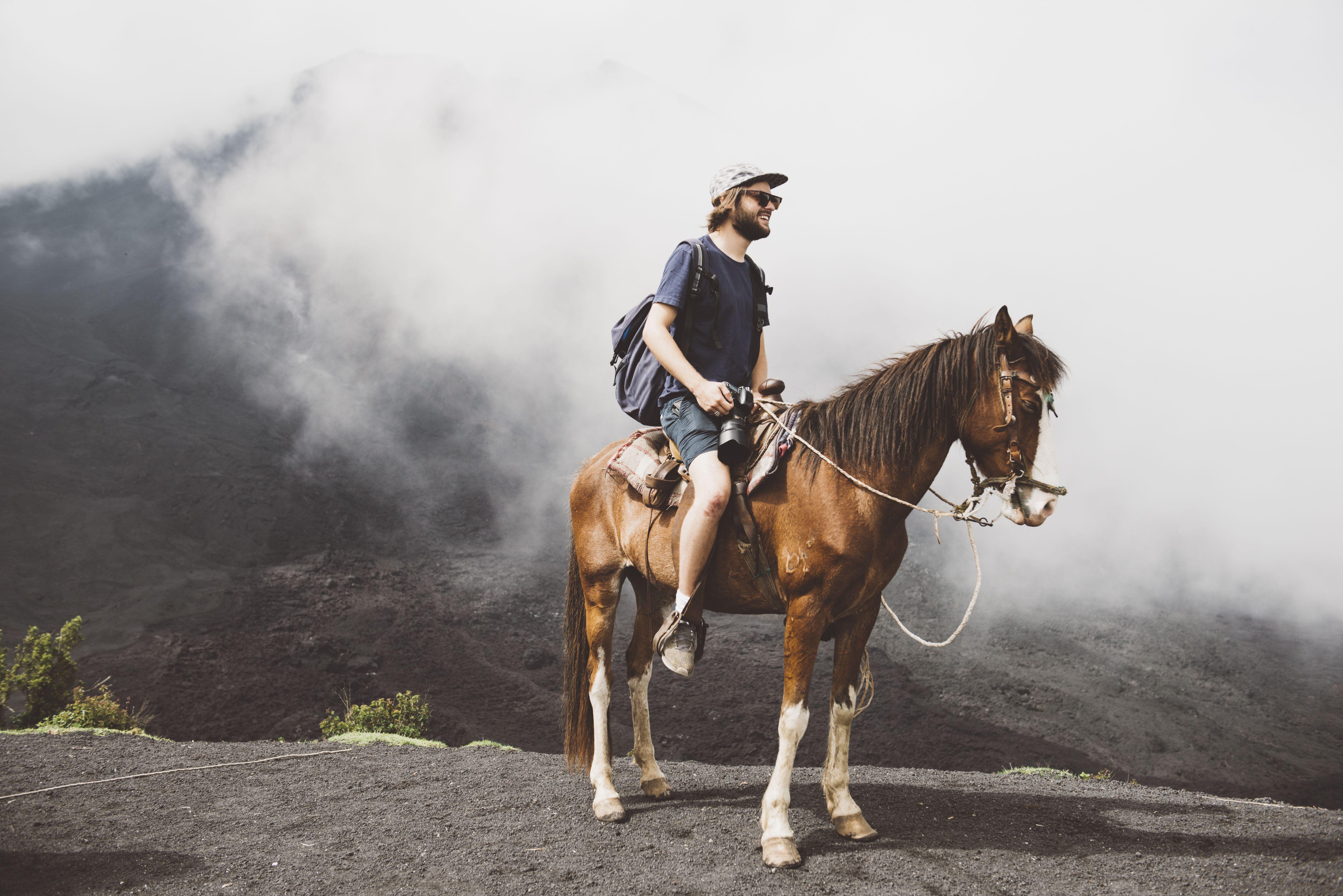 Hombre joven a caballo en el volcán Pacaya, Antigua, Guatemala