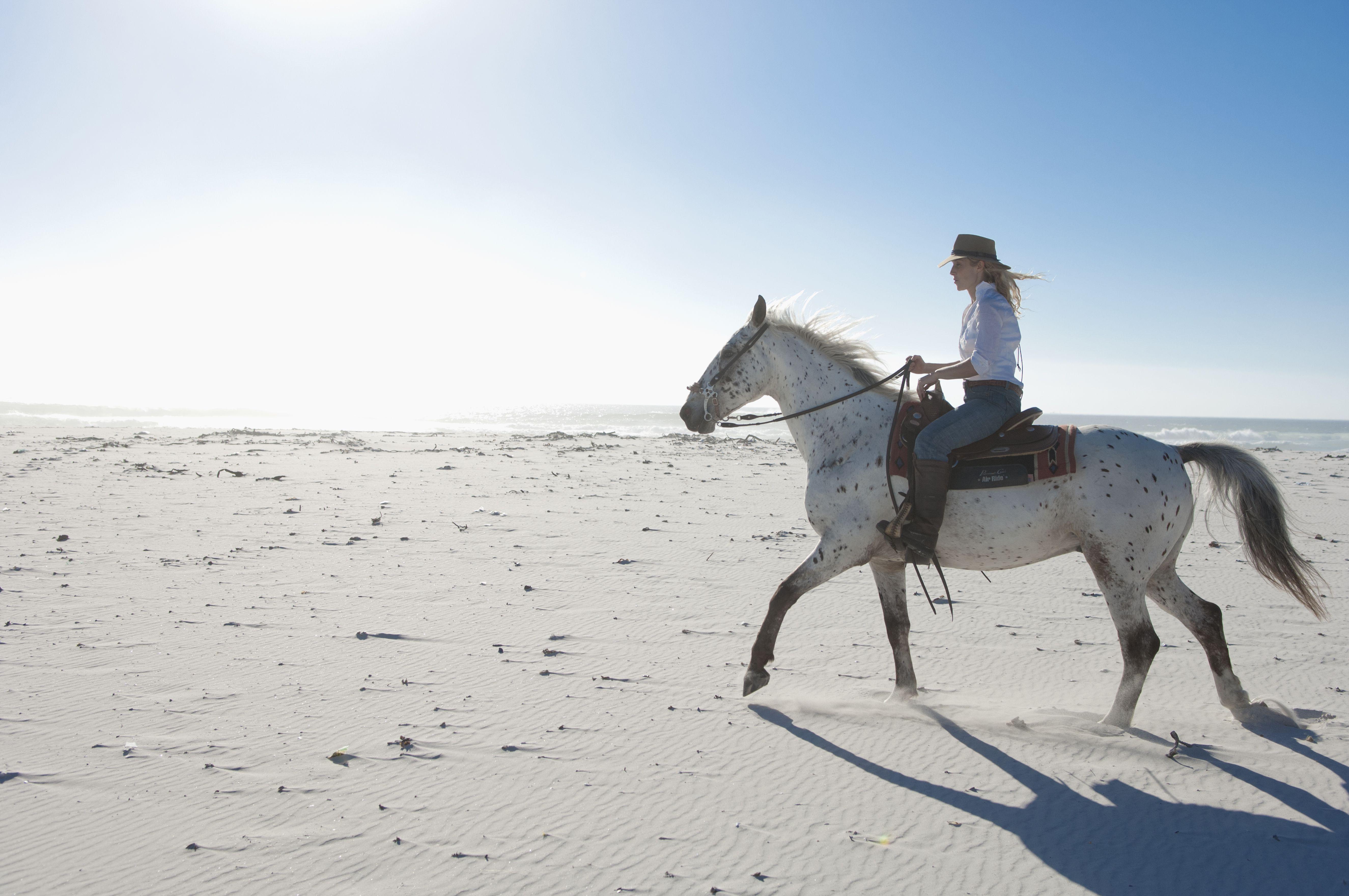Montar a caballo en la arena